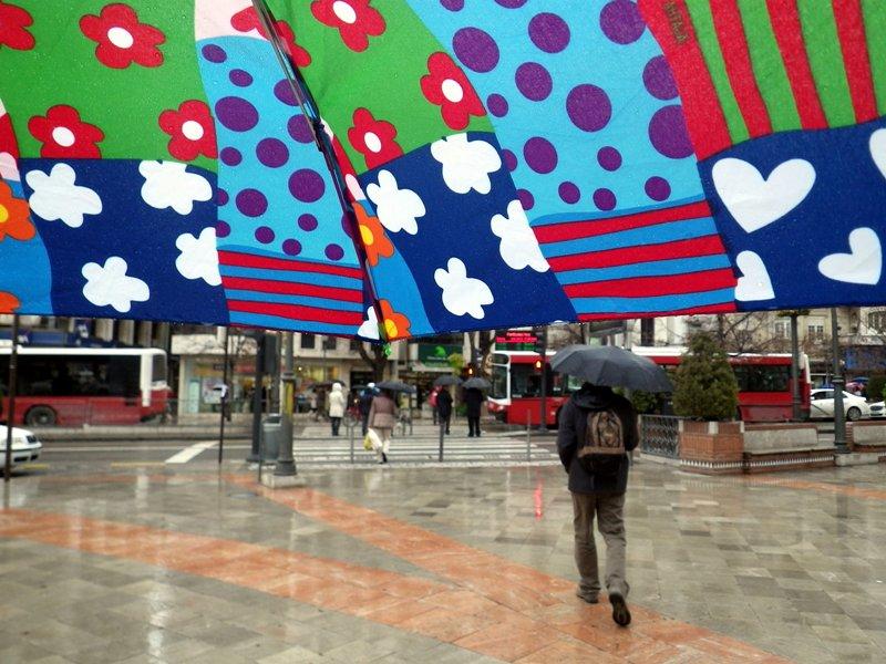 Día de lluvia y paraguas colorido